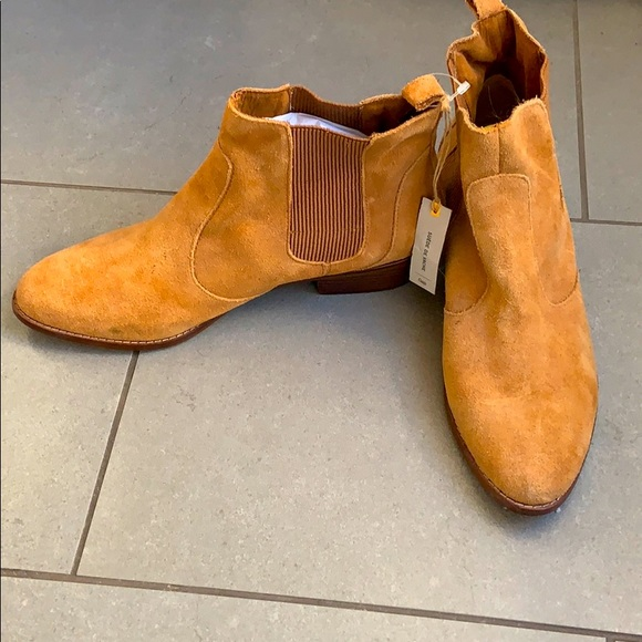NWT Gap tan suede Chelsea boots